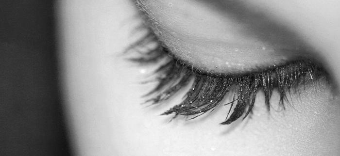 oko kobiece z olejkiem rycynowym