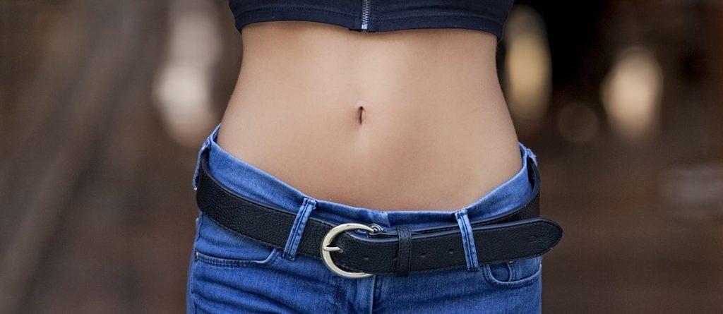 szczupły brzuch bez tłuszczu