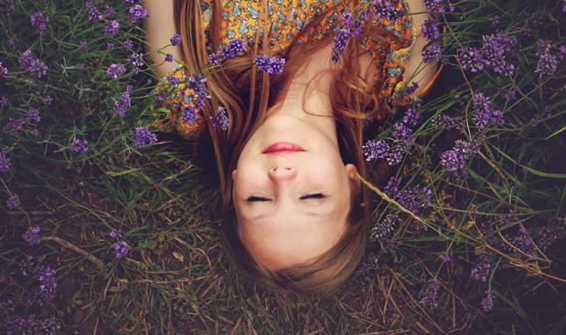 kobieta, kwiaty i naturalne sposoby na sen